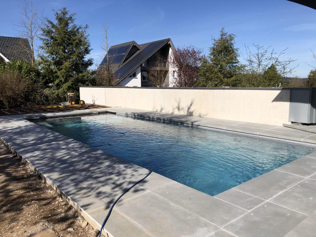 Der Pool nach Abschluss der Pflasterarbeiten